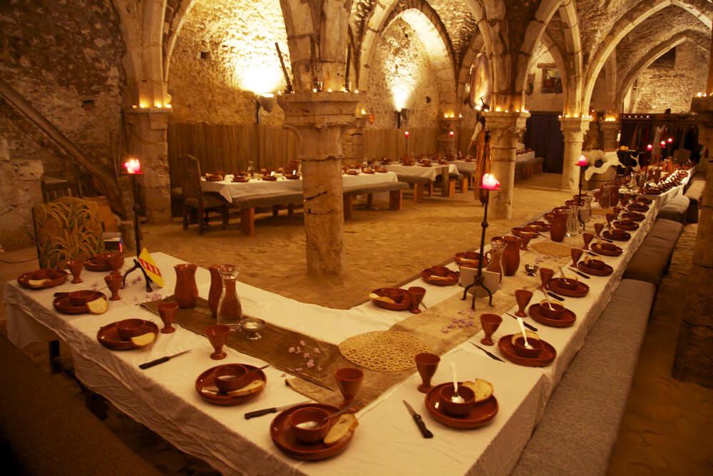 зимой стола в средневековье картинка гостей уютный